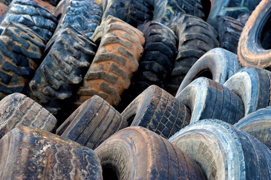 Aliapur 15 - Pneus PL et agraires en attente de chargement